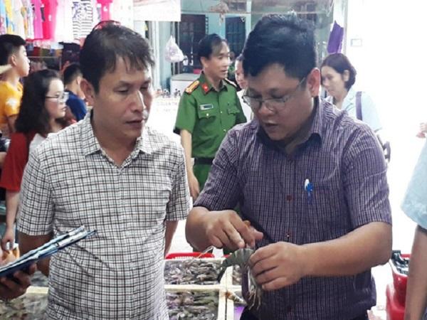 Phát hiện 2 cửa hàng hải sản biển ở Sầm Sơn bán tôm bơm tạp chất độc hại - Ảnh 1