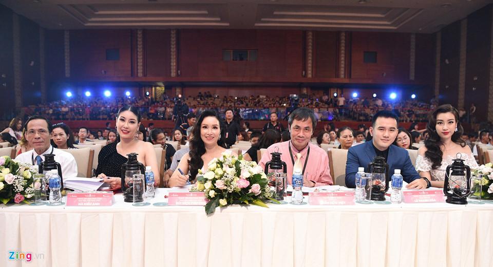 Đỗ Mỹ Linh được mẹ tháp tùng đi chấm thi Hoa hậu Việt Nam 2018 - Ảnh 11