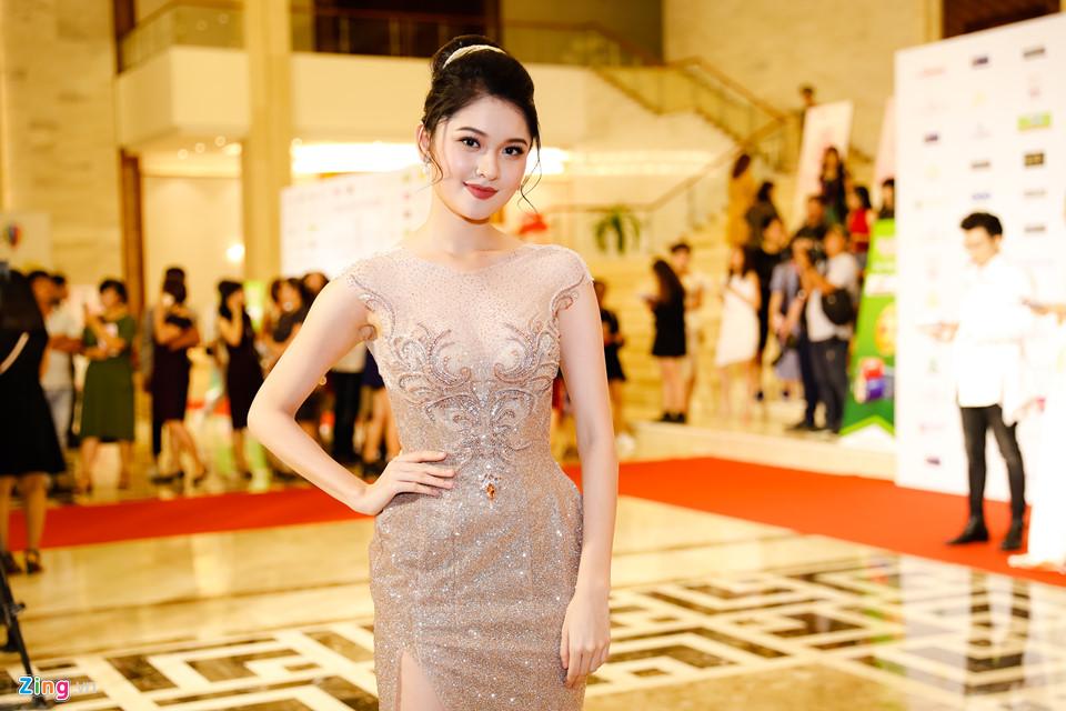 Đỗ Mỹ Linh được mẹ tháp tùng đi chấm thi Hoa hậu Việt Nam 2018 - Ảnh 1
