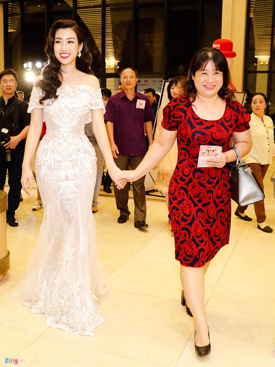 Đỗ Mỹ Linh được mẹ tháp tùng đi chấm thi Hoa hậu Việt Nam 2018 - Ảnh 6