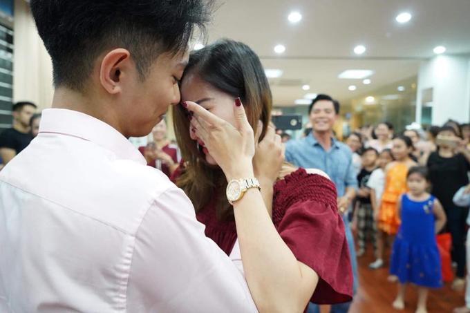 Khánh Thi bật khóc trong tiệc sinh nhật của Phan Hiển - Ảnh 2
