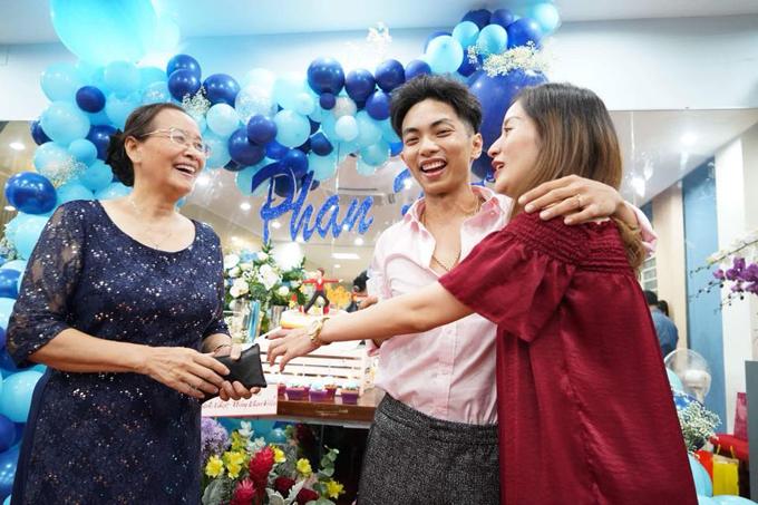 Khánh Thi bật khóc trong tiệc sinh nhật của Phan Hiển - Ảnh 9