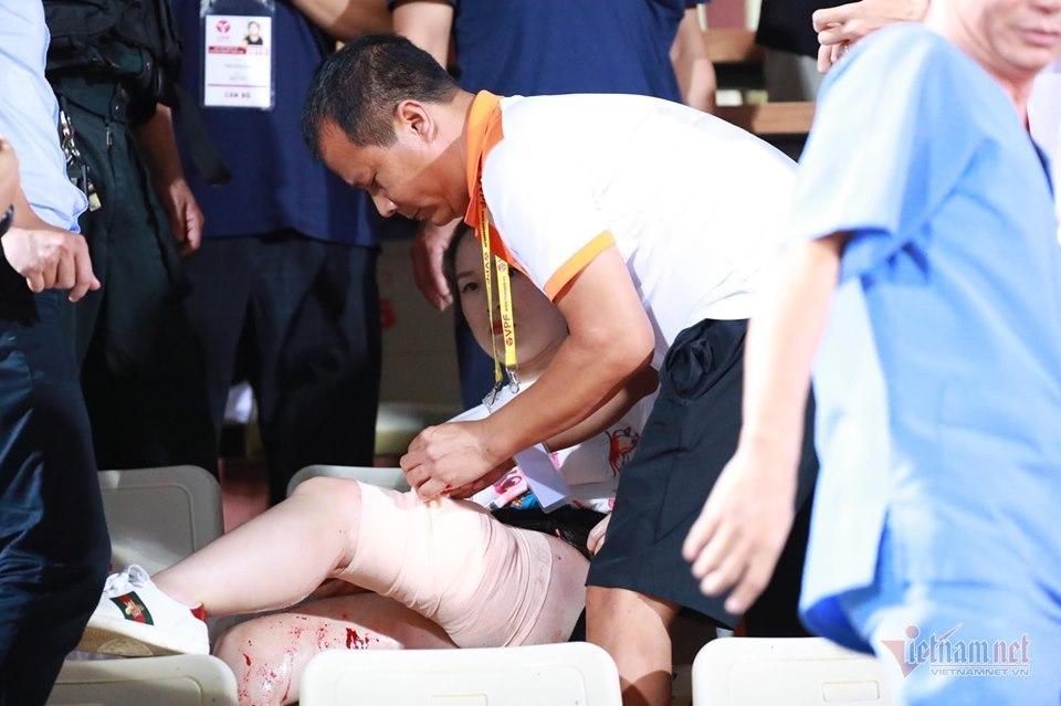 Sức khỏe nữ cổ động viên bị bắn pháo sáng trên sân Hàng Đẫy: Vết thương do hỏa khí điều trị rất khó khăn - Ảnh 2
