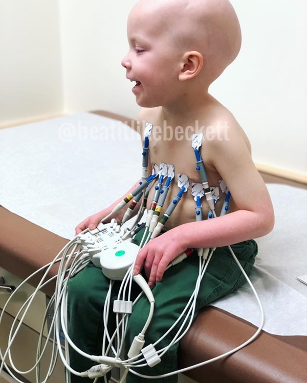 Hình ảnh bé gái 5 tuổi chăm sóc em trai bị ung thư máu lấy đi nước mắt triệu người - Ảnh 1