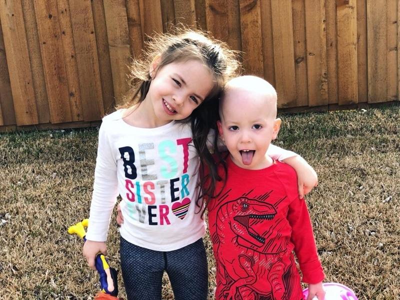 Hình ảnh bé gái 5 tuổi chăm sóc em trai bị ung thư máu lấy đi nước mắt triệu người - Ảnh 2