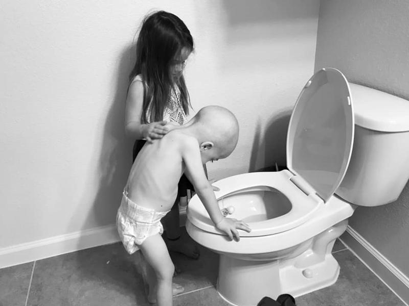 Hình ảnh bé gái 5 tuổi chăm sóc em trai bị ung thư máu lấy đi nước mắt triệu người - Ảnh 3