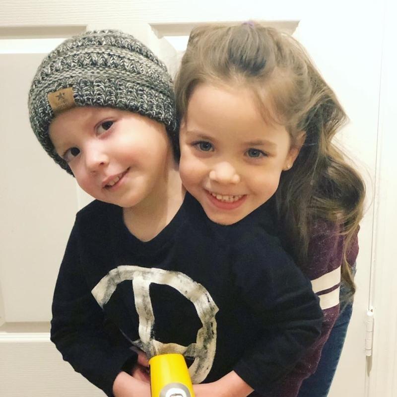Hình ảnh bé gái 5 tuổi chăm sóc em trai bị ung thư máu lấy đi nước mắt triệu người - Ảnh 4