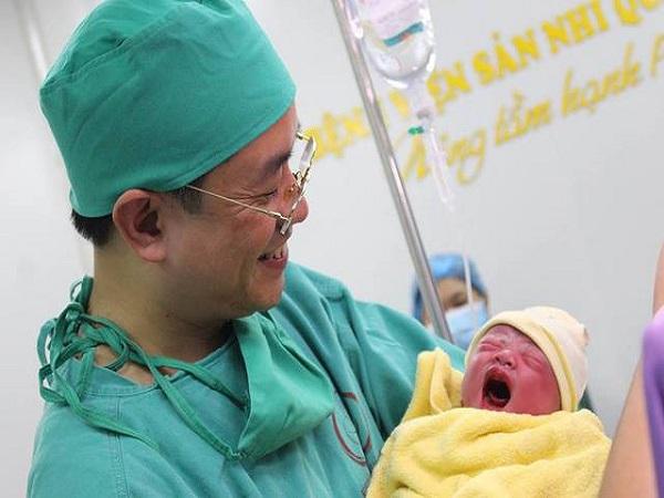 Em bé thứ 100 thụ tinh trong ống nghiệm chào đời ở bệnh viện Quảng Ninh - Ảnh 1