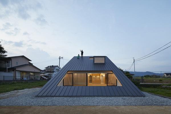 Nhìn bên ngoài, căn nhà này như một phần mái phía trên các căn nhà khác nhưng sự thật bên trong khiến ai cũng ngỡ ngàng.