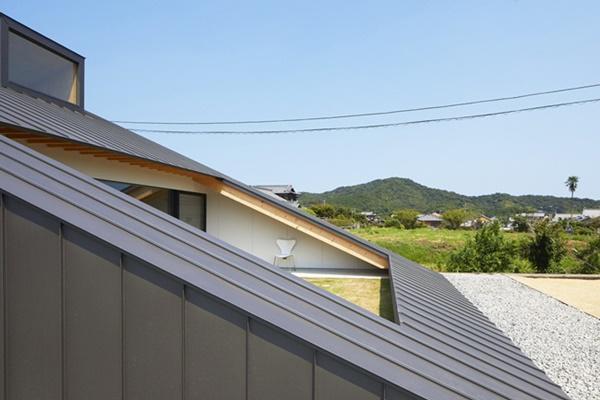 Ở phần phía Nam của căn nhà có một phần mở lớn liên kết không gian bên trong và bên ngoài căn nhà.