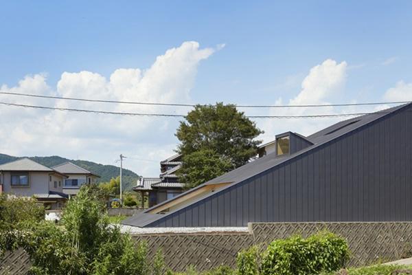 Người thiết kế tận dụng sự khác biệt về độ cao, cảnh sắc xung quang, địa hình để thiết kế hình dạng căn nhà không làm xáo trộn cảnh quan.