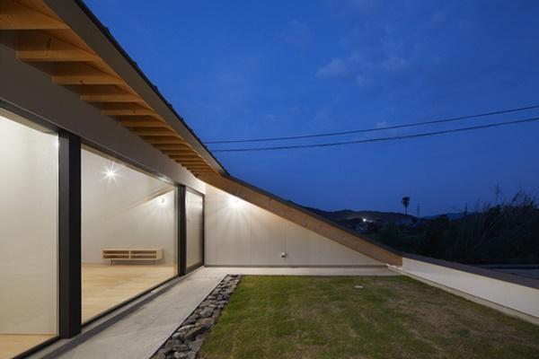 Căn nhà là khối tam giác, có độ dốc 24 độ so với mặt đất.
