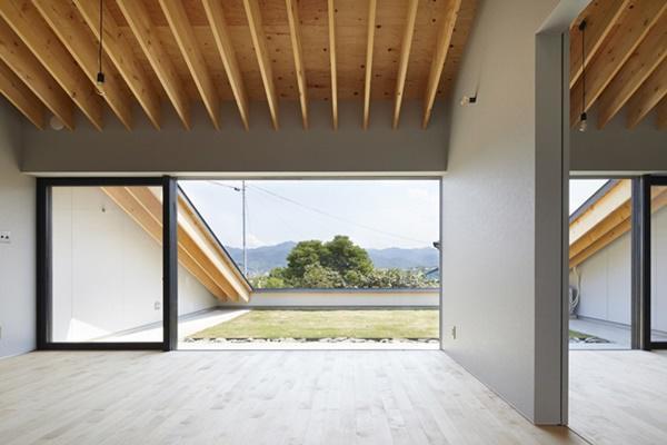 Có chiều cao khiêm tốn nhưng căn nhà vẫn được bố trí 2 tầng.