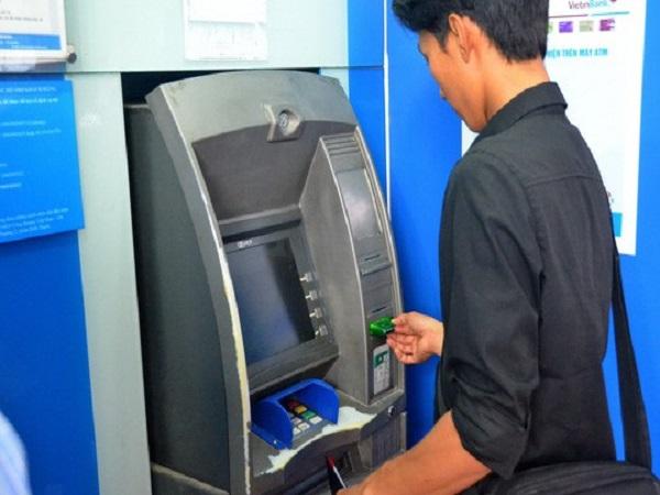 Yêu cầu 4 ngân hàng báo cáo về việc đồng loạt tăng phí rút tiền - Ảnh 1