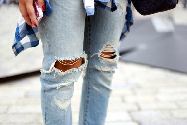 Không cần vá mà vẫn tạo nét trẻ trung cho quần jean rách đơn giản