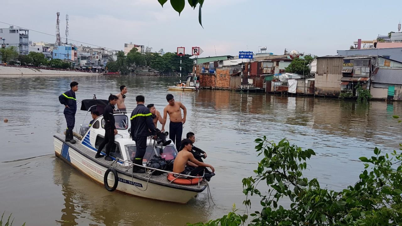 Bé trai 8 tuổi bị nước cuốn mất tích ở Sài Gòn - Ảnh 1