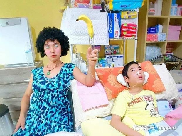 Rớt nước mắt với hình ảnh ông bố trẻ diễn đủ trò 'biến thái' bên giường bệnh con trai sống thực vật để con có tuổi thơ - Ảnh 7