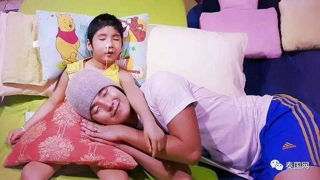 Rớt nước mắt với hình ảnh ông bố trẻ diễn đủ trò 'biến thái' bên giường bệnh con trai sống thực vật để con có tuổi thơ - Ảnh 14
