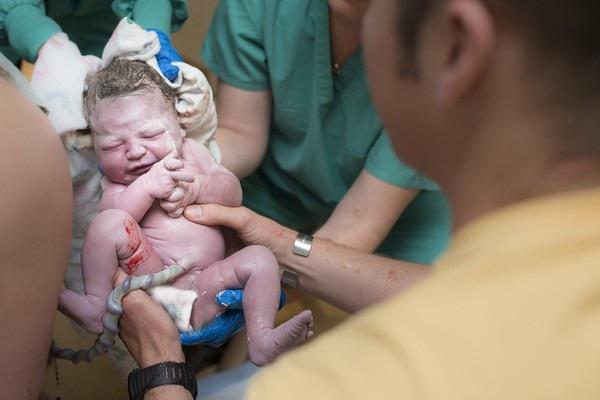 Nam bác sĩ sản khoa lý giải vì sao nhất định phải chậm cắt dây rốn trẻ sơ sinh - Ảnh 3