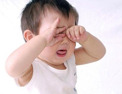 Con bị khô mắt, viêm giác mạc, ảnh hưởng tới chức năng của mắt chỉ vì mẹ phạm phải sai lầm này khi dùng nước muối sinh lý - Ảnh 2
