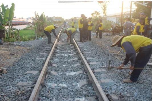 Tàu khách trật bánh, đường sắt bắc - nam tê liệt gần năm giờ đồng hồ - Ảnh 1