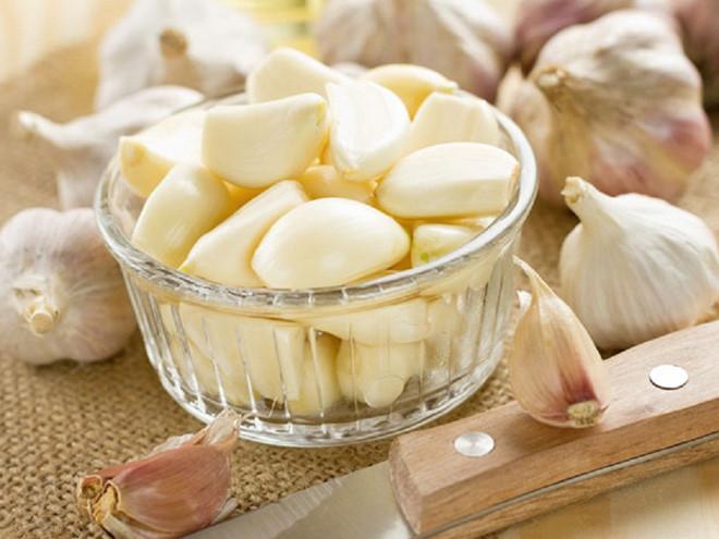Tỏi là vị thuốc cải thiện tình trạng tăng huyết áp ít tốn kém, luôn có sẵn trong bếp