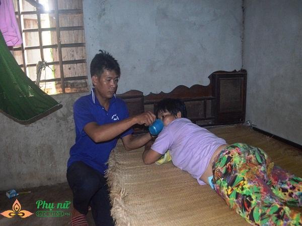 Xót cảnh cô bé hiếu học chăm mẹ bại liệt có nguy cơ nghỉ học sớm vì gia cảnh nghèo túng - Ảnh 2