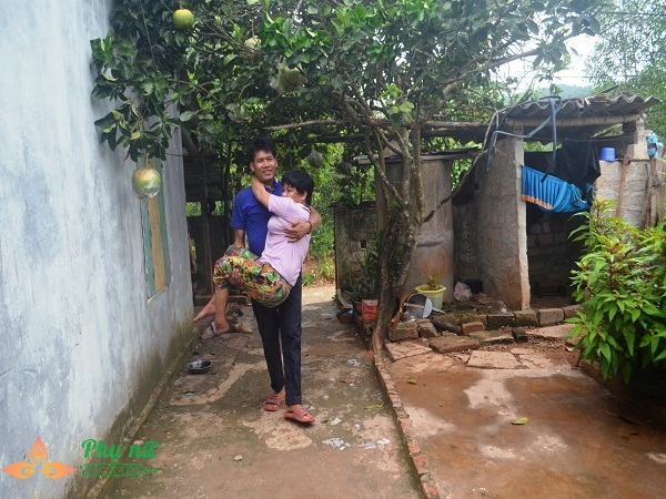 Xót cảnh cô bé hiếu học chăm mẹ bại liệt có nguy cơ nghỉ học sớm vì gia cảnh nghèo túng - Ảnh 4