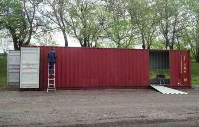Mua bốn chiếc container để xây dựng một ngôi nhà độc đáo - Ảnh 1