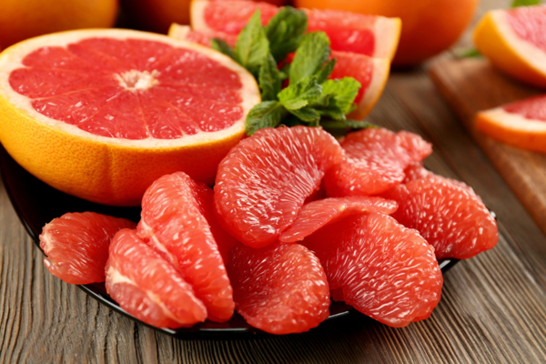 Bưởi giúp kích thích quá trình sản sinh các enzym thải độc gan, thải lọc các chất gây ung thư và chất độc khác.