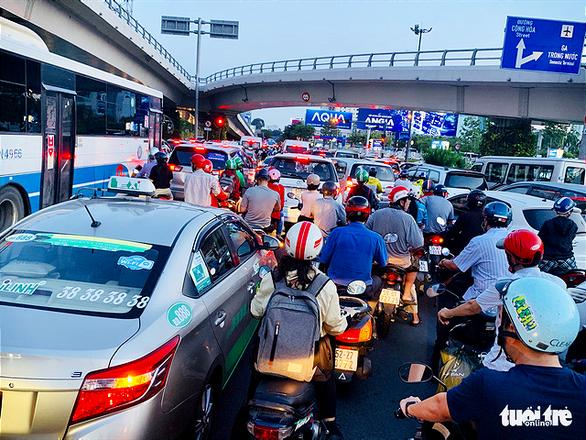 Nhiều hành khách lỡ chuyến bay do kẹt xe ở sân bay Tân Sơn Nhất - Ảnh 1