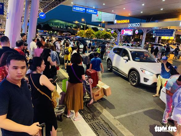 Nhiều hành khách lỡ chuyến bay do kẹt xe ở sân bay Tân Sơn Nhất - Ảnh 2