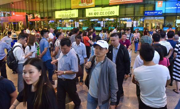 Nhiều hành khách lỡ chuyến bay do kẹt xe ở sân bay Tân Sơn Nhất - Ảnh 3