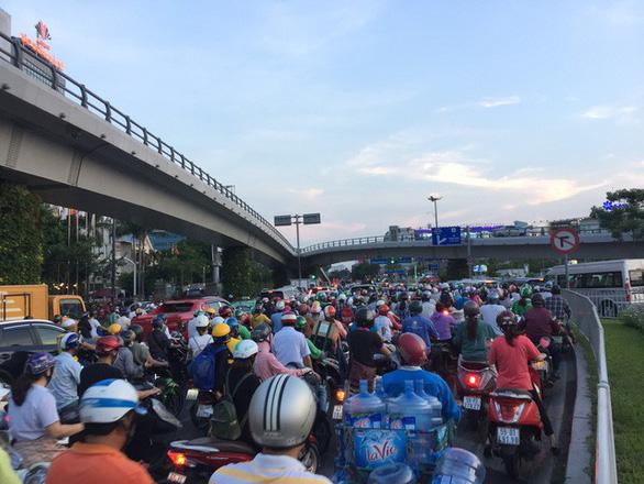 Nhiều hành khách lỡ chuyến bay do kẹt xe ở sân bay Tân Sơn Nhất - Ảnh 4