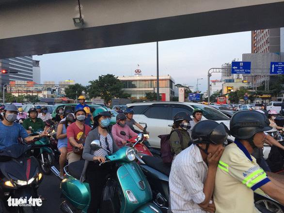 Nhiều hành khách lỡ chuyến bay do kẹt xe ở sân bay Tân Sơn Nhất - Ảnh 5