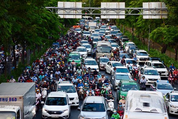 Nhiều hành khách lỡ chuyến bay do kẹt xe ở sân bay Tân Sơn Nhất - Ảnh 7