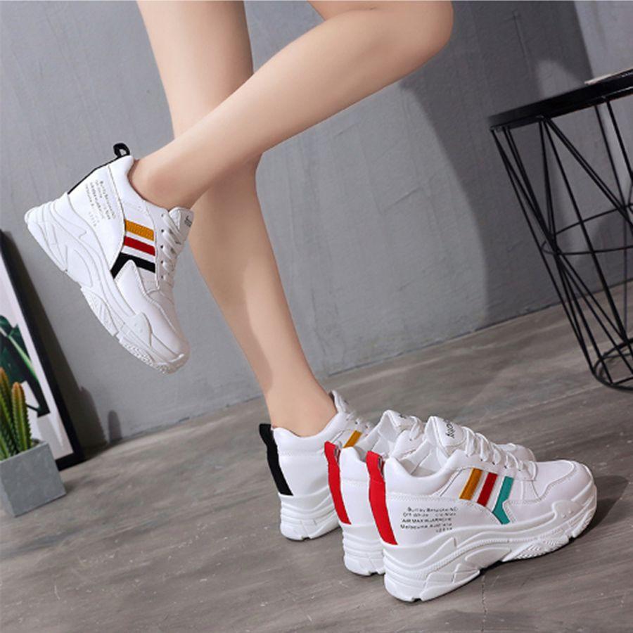 Hãy chọn những đôi giày thể thao đơn giản, không màu mè sặc sỡ quá đà để vừa mang đến cho người mặc cảm giác phóng khoáng mạnh mẽ lại vẫn đủ chỉn chu