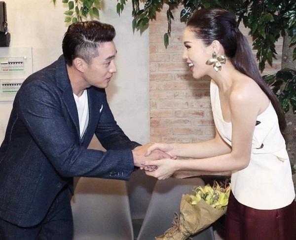Sao Việt hạnh phúc khi được nắm tay, chụp ảnh bên mỹ nam phim 'Giày thủy tinh' - Ảnh 1