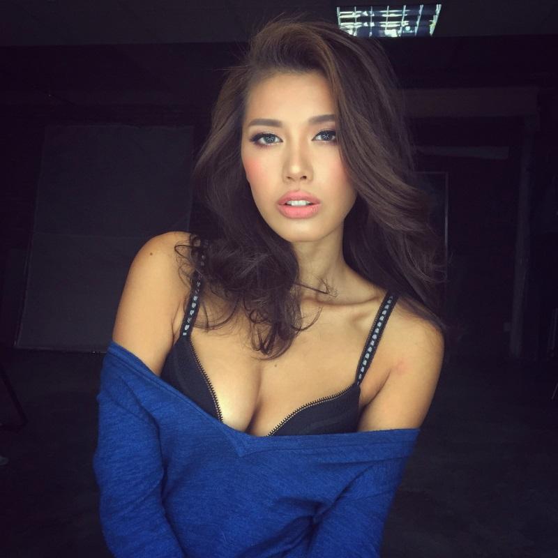 Khe ngực hút mắt người đối diện của mỹ nhân Việt - Ảnh 10