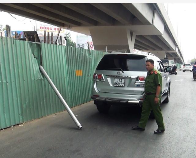 Những hiểm họa trên đường phố: Thanh sắt rơi từ cầu vượt xuống làm thủng nóc xe ô tô 7 chỗ - Ảnh 2