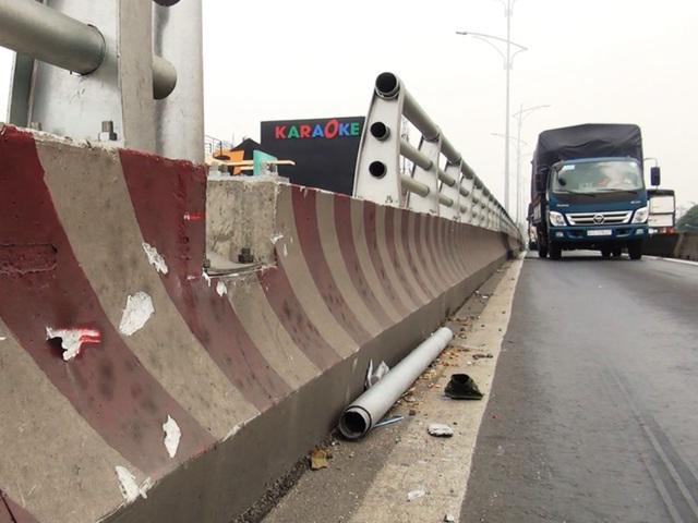 Những hiểm họa trên đường phố: Thanh sắt rơi từ cầu vượt xuống làm thủng nóc xe ô tô 7 chỗ - Ảnh 3