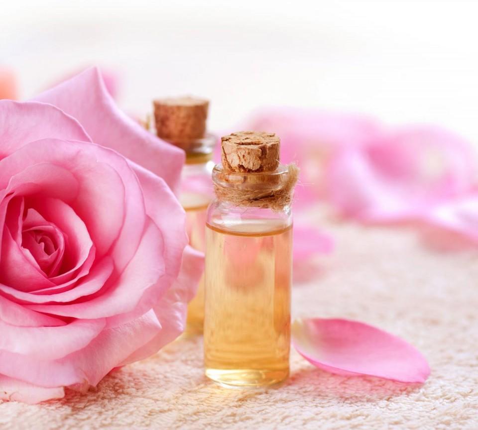 Nước hoa hồng giúp thư giãn và dưỡng da quanh mắt nhanh chóng