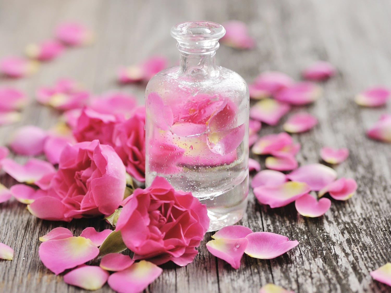 Bí quyết dùng nước hoa hồng xóa tan thâm quầng mắt