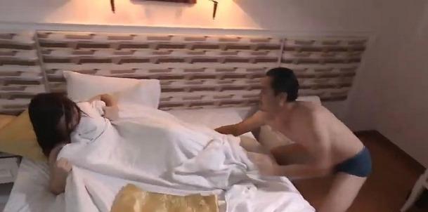 'Quỳnh búp bê' tập 26: Mặc Đào van xin, bố dượng Quỳnh vẫn quyết cưỡng hiếp cô - Ảnh 1