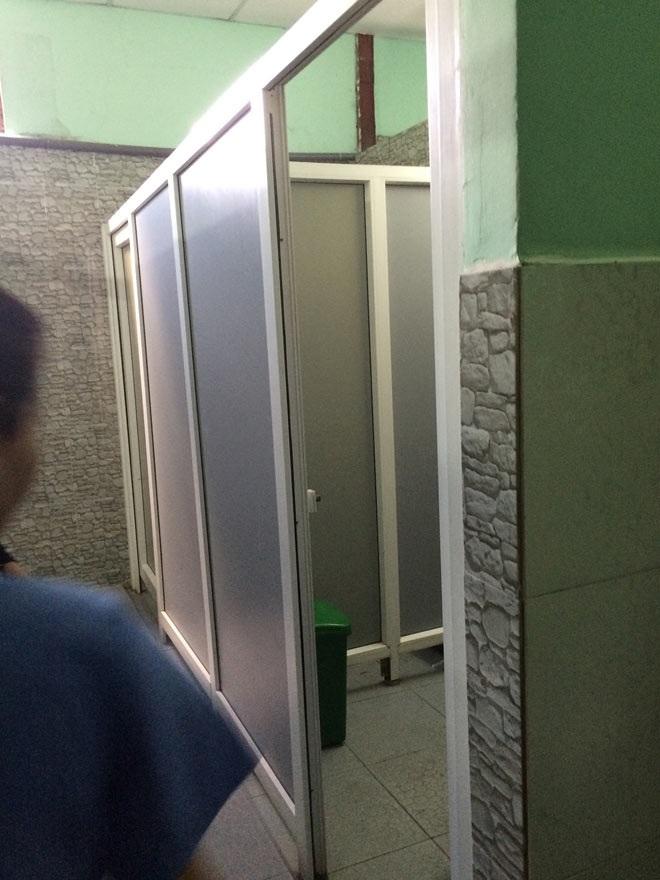 Bình Dương: Sinh con trong nhà vệ sinh, mẹ hoảng hồn nhặt bỏ vào sọt rác  - Ảnh 1
