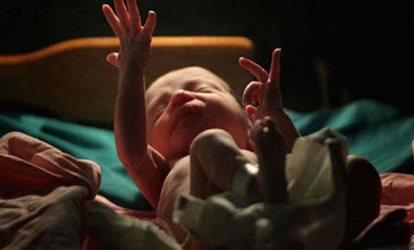 Mở khăn bọc thi thể đứa con sinh non lần cuối trước khi mang đi chôn, cha mẹ bàng hoàng chứng kiến cảnh tượng bên trong - Ảnh 2