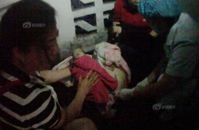Sản phụ ngất xỉu bên 2 con sinh đôi còn nguyên dây rốn trên cầu thang đầy máu - Ảnh 2