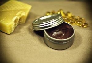 Son dưỡng làm hồng môi có màu đậm khi cho nhiều bột cacao