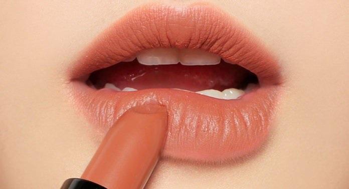 Mẹo đánh son bám môi, lâu trôi màu cho bạn tự tin cả ngày chẳng cần tô lại - Ảnh 1