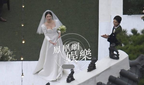 Giây phút Song Joong Ki - Song Hye Kyo hôn nhau trong đám cưới